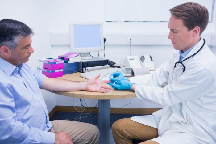 a doctor checks the blood sugar levels of a man - Diabetes en erectiestoornissen: wat is de connectie?