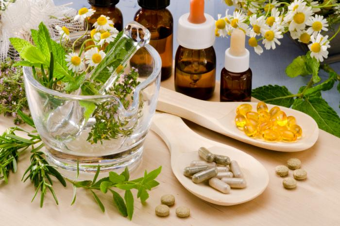 a selection of natural remedies including plants oils and pills - KUN JE PSORIASIS BEHANDELEN MET ESSENTIËLE OLIËN? NATUURLIJKE REMEDIES DIE WORDEN GEBRUIKT VOOR PSORIASIS