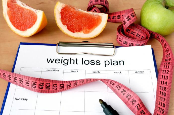 clipboard with a weight loss plan measuring tape and fruit - 10 TIPS VOOR SUCCESVOL GEWICHTSVERLIES
