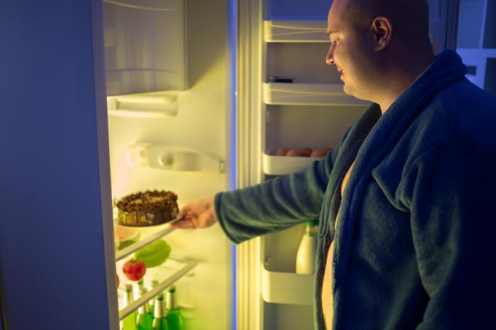 man getting cake from the fridge at night - 10 TIPS VOOR SUCCESVOL GEWICHTSVERLIES