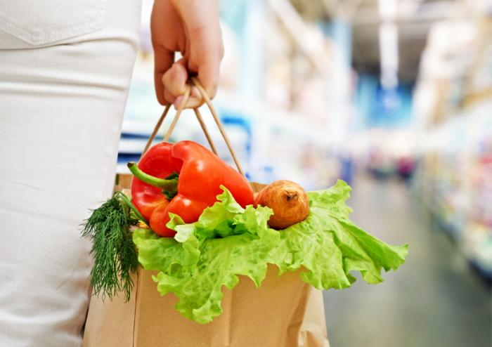 woman carrying a bag of vegetables 1 - 10 TIPS VOOR SUCCESVOL GEWICHTSVERLIES